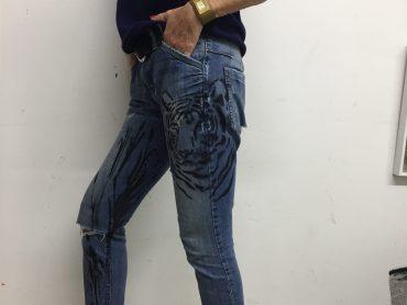 """""""Pimp my Jeans"""": Wieso solltet Malerei auf Leinwände beschränkt sein?"""